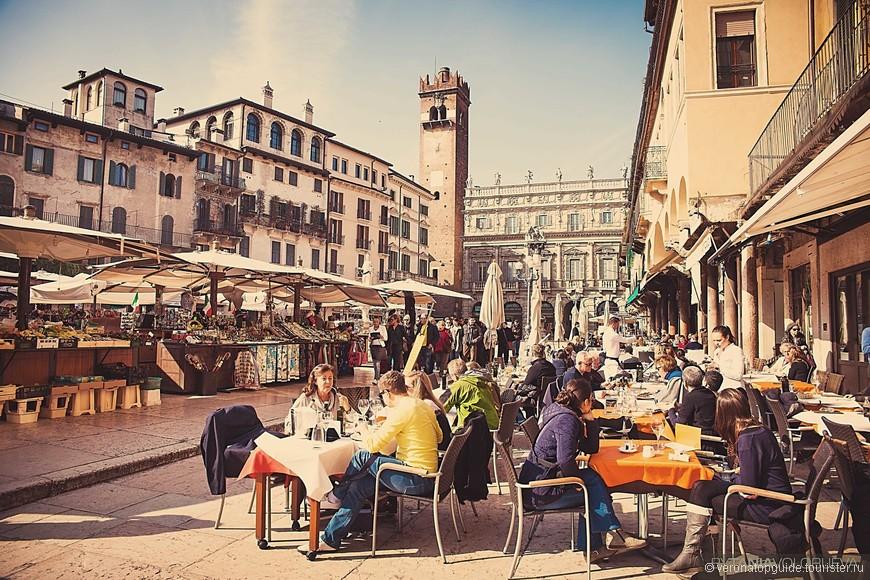 Жизнь бурлит в центре Вероны на площади Делле Ербе.