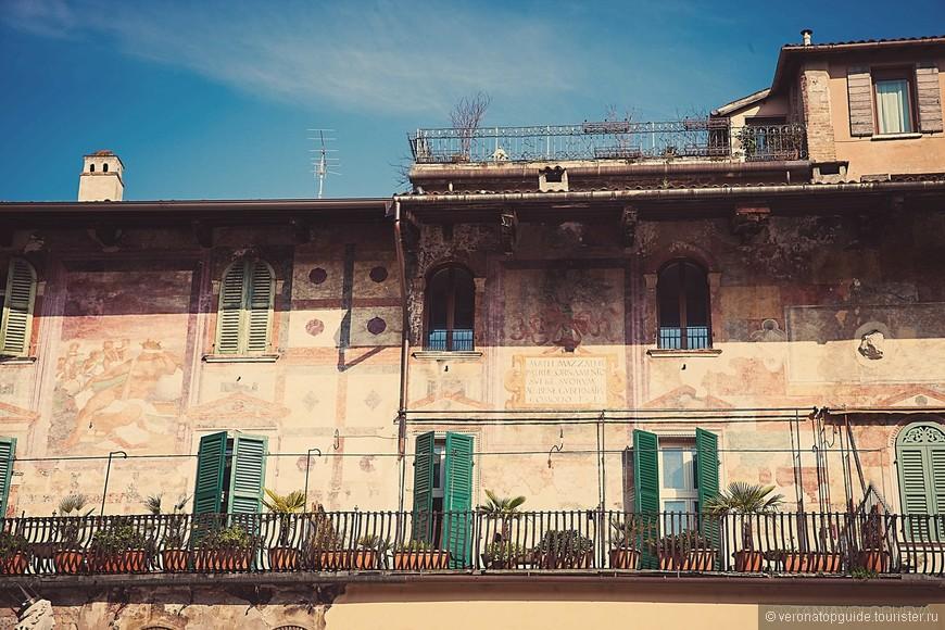 Фасад Дома Маццанти на площади делле Ербе.