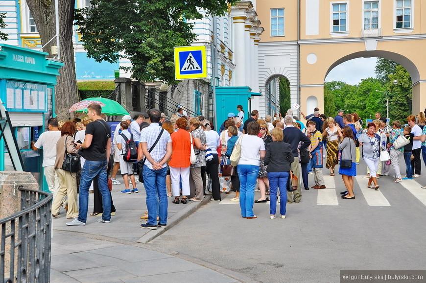 03. Туристы в билетные кассы на вход, народу как в Петергофе.