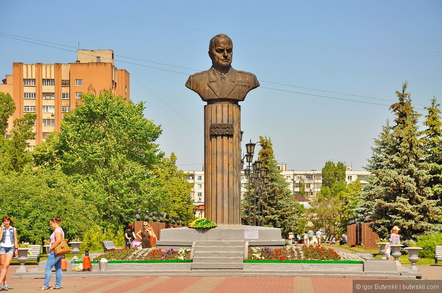 04. Бюст маршала Жукова, никогда не любил такие элементы города. Всегда считал, что они бесполезны, инородны…