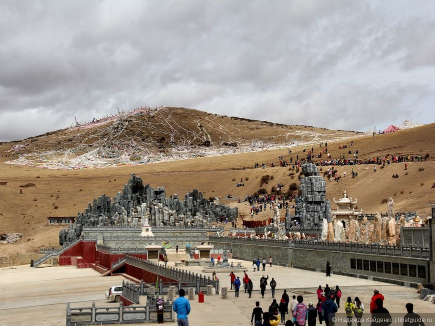 это самая большая платформа для небесных похорон в Тибете, она находится в традиционной области Кхам, в Восточном Тибете