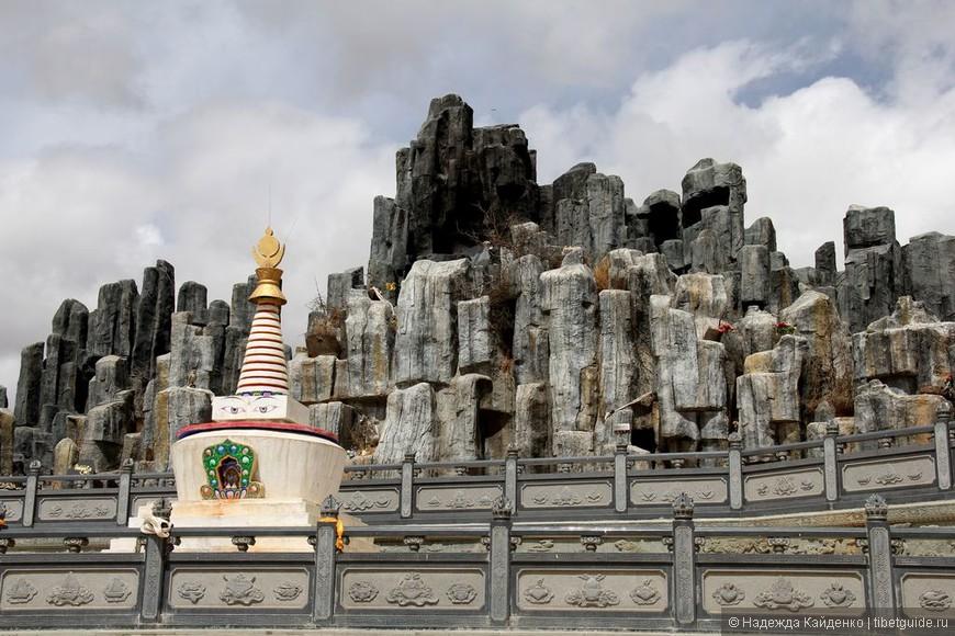буддистская ступа, родственники проходят обряды (кОра) по часовой стрелке вокруг ступы