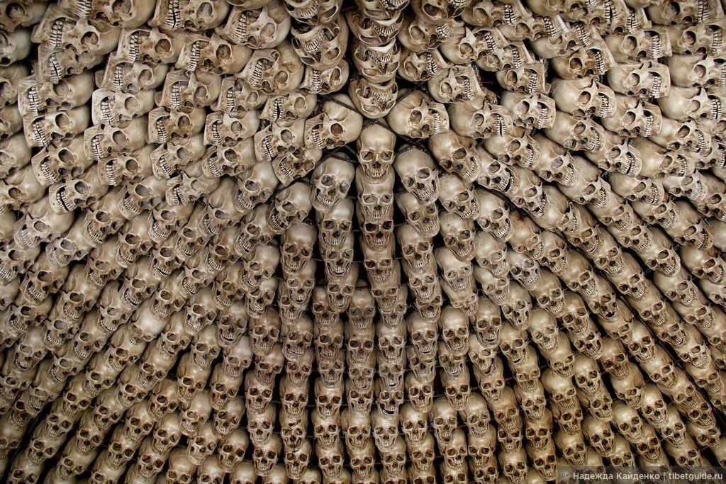 это внутри Владыки Смерти черепа не настоящие, но выглядит серьезно, Тибетский обряд небесных похорон