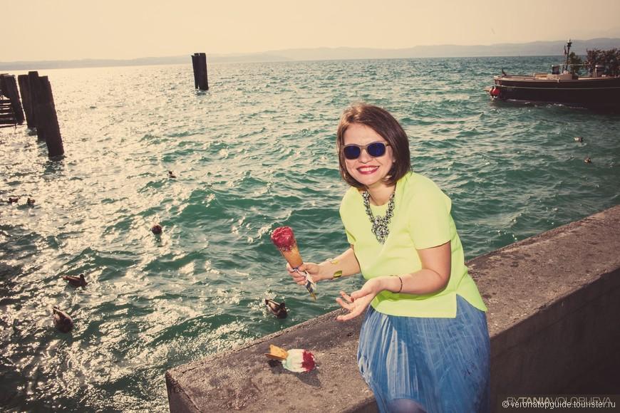 Огромные порции мороженого на озере Гарда