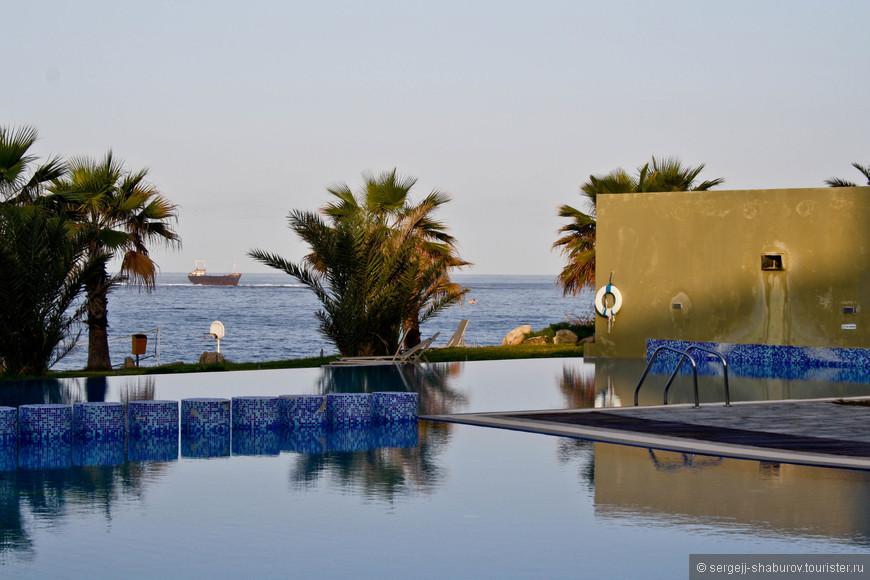 """Вид из нашего отеля """"Capital Coast Resort""""."""