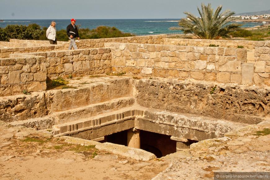 Своё название гробницы получили от их великолепия и убранства, а вовсе не от захоронения там царей.