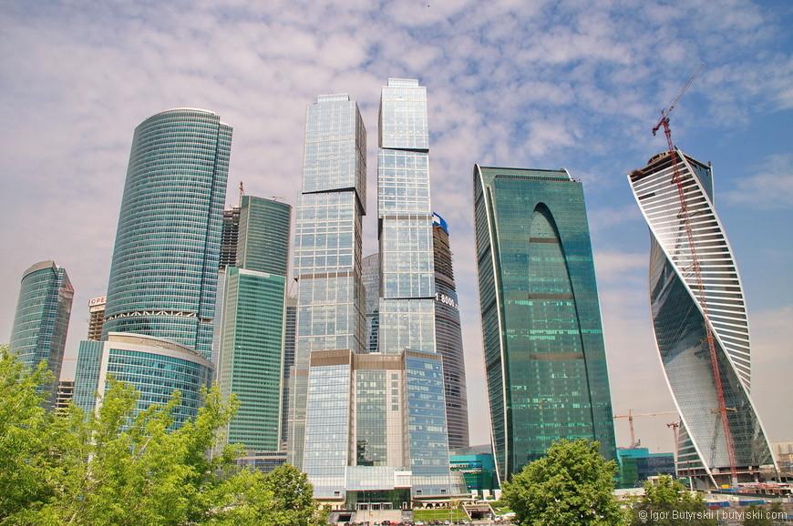 08. Комплекс на сегодняшний день вмещает в себя 5 сверхвысоких зданий (свыше 300 метров), а всего зданий в ММДЦ – 19, а также огромный торговый центр в центральном ядре. На данный момент достраиваются несколько комплексов, а в 2014 году начаты работы по возведению еще 4-5 зданий на территории Сити.
