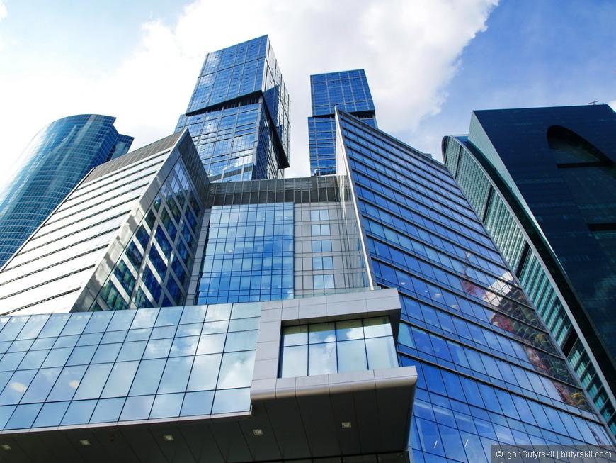 09. Комплекс «Город Столиц» был построен к 2009 году и стал главной доминантой Москва-Сити. Состоит из трех зданий – двух высотных башен «Москва» и «Санкт-Петербург» и соединительного 18-ти этажного здания.