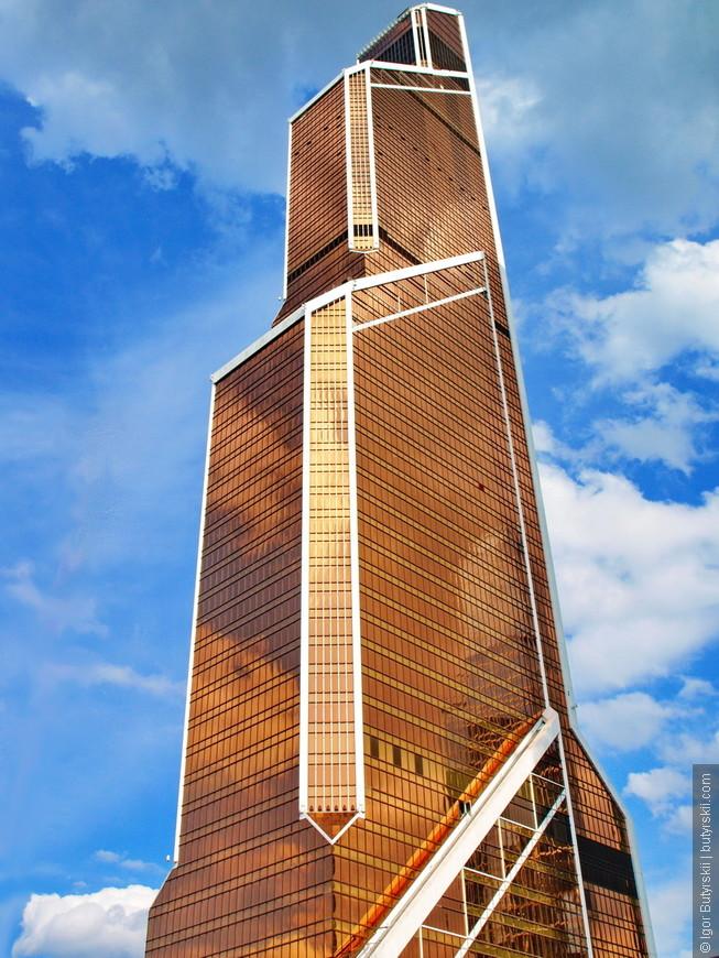 17. Самый известный проект Сити и самое обсуждаемое здание – конечно же «Меркурий Сити Тауэр». Небоскреб сильно выбивается из-за своего цвета и формы.