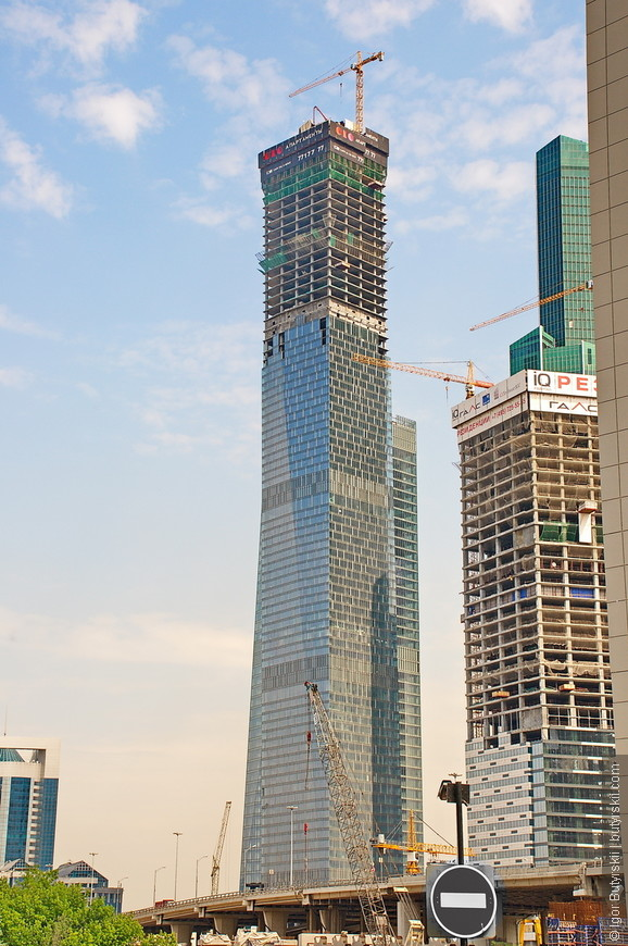 22. Комплекс зданий «ОКО» состоит из 2 башен высотой 215 и 354 метров, заканчивается строительство в этом году.