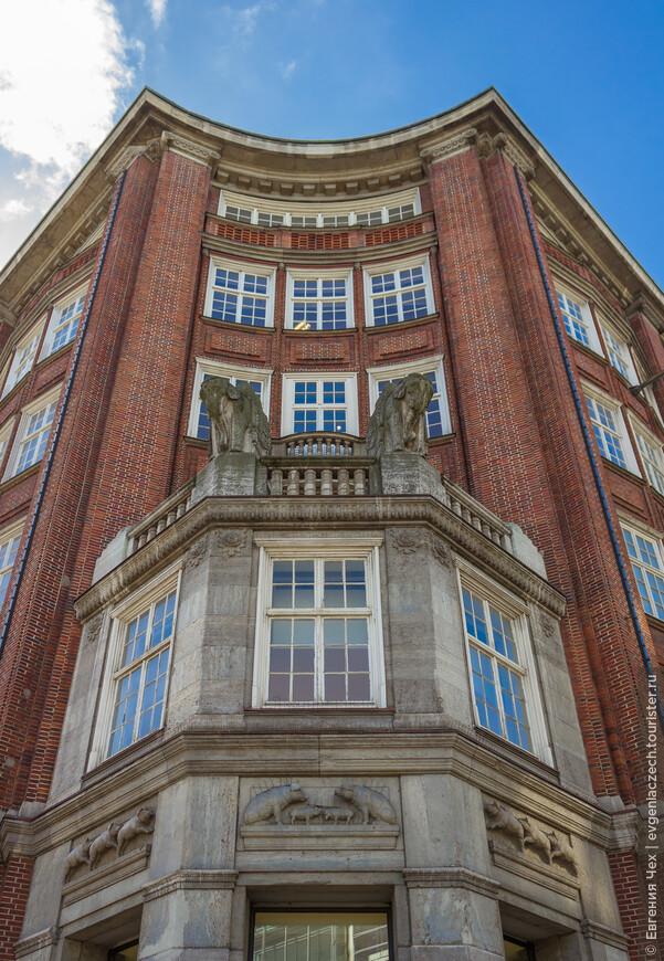 Klöpperhaus, Клопперхаус, названный по имени первоначального владельца. Вильгельм Клоппер был торговцем шерсти и открыл свой торговый дом в 1911 году.