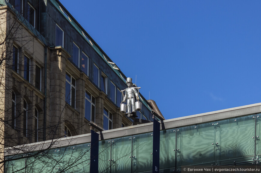 Один из символов Гамбурга, водонос Хуммель, на страже.