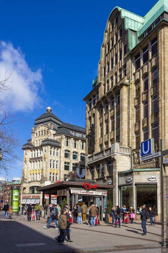 Баркхоф, одно из первых зданий на улице, построен в 1908 году. Свое название Баркхоф получил от предшественника, стоявшего прежде на этом месте - здесь жили проститутки и мелкие мошенники.