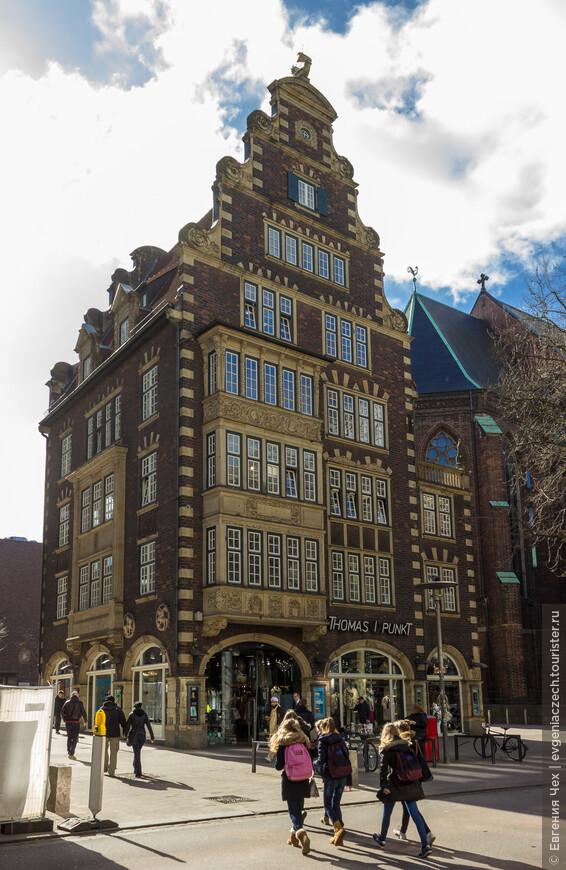 Этот нарядный теремок называется Хульбе-хаус, построен в 1910 году построен архитектором Грелем для торговца кожей Хульбе.