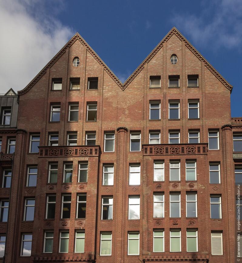 Это здание, Домхоф, построено в 1911 году архитектором Бах. Это единственное здание на улице, выполненное в красном кирпиче и традиционном стиле кирпичной готики. Оно должно было гармонировать с расположенной напротив церковью св. Петра.