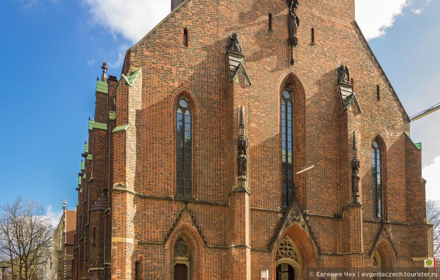 Церковь св. Петра, построена в 1192 году, разрушена в 1942. Внутреннее убранство восстановит не удалось.