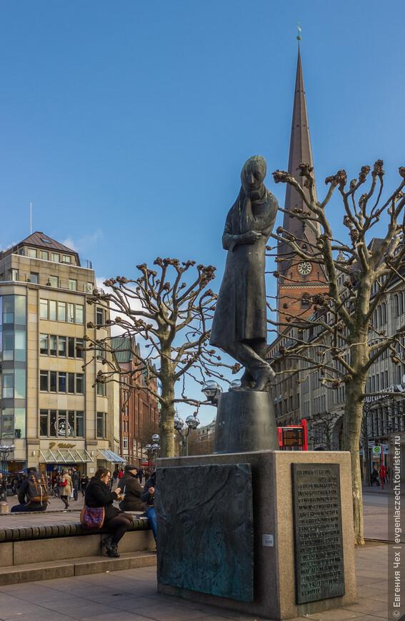 Генрих Гейне, почетный гражданин Гамбурга, не пришелся ко двору Гитлера. Книги сжигались, памятник был снесен. Сегодня снова стоит и грустно смотрит на ратушную площадь.