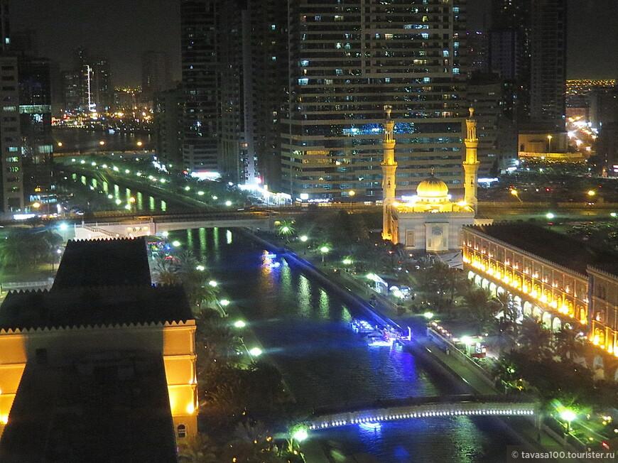 Вид на вечерний город с колеса обозрения