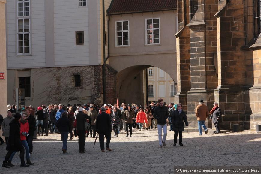 Посещают Пражский Град практически 90% туристов, и это понятно. Пражский Град - главная достопримечательность Праги, а ещё здесь происходили и происходят важнейшие события страны!