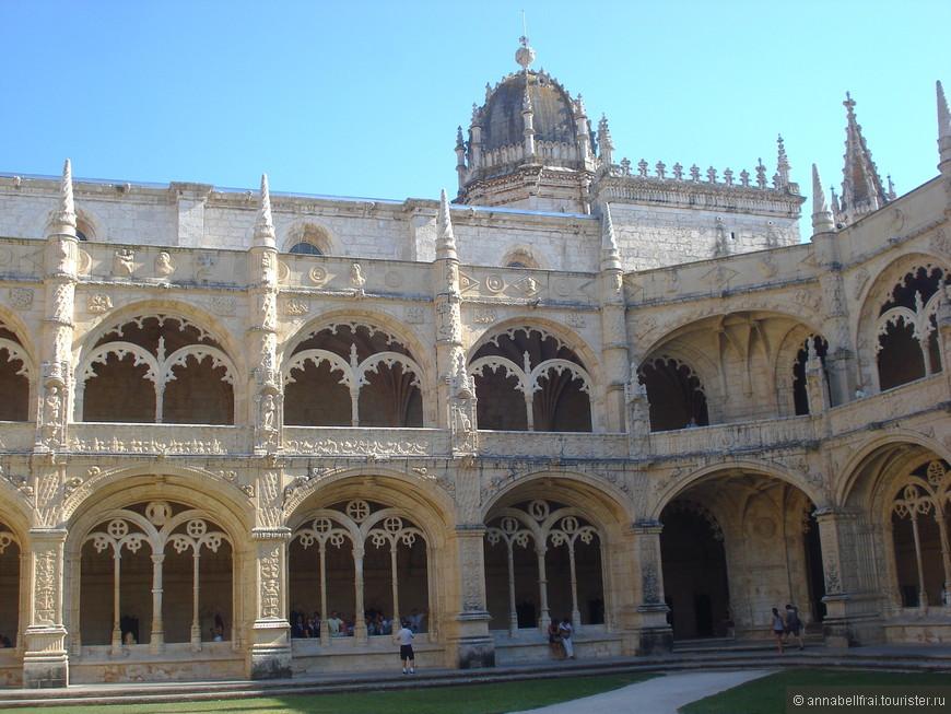 Удивительной красоты дворец - Жиронимуш, строился на деньги добытые на торговле специями из Индии.