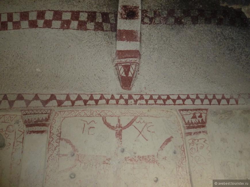 Церковь связана сложной системой ходов с другими помещениями. Скорее всего, часть из них имела хозяйственное назначение (сохранились чаны для вина или оливкового масла), а другие использовались как жилища для монахов.