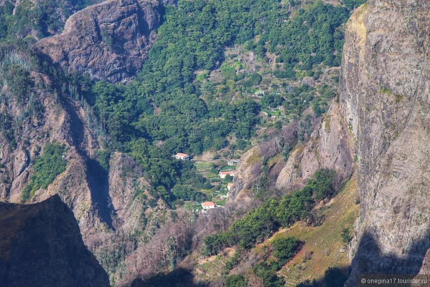 С любой вершины открывается вид на долину и деревушку, примостившуюся между двух скал.