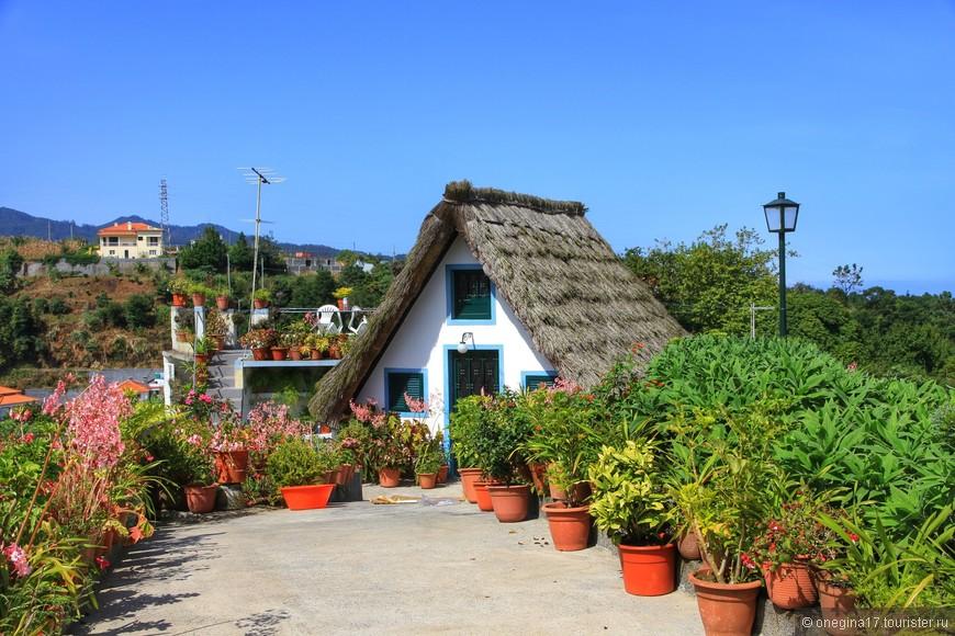 Сантана. В таких домиках селились первые жители острова. Некоторые и сейчас живут в этих симпатичных домиках.