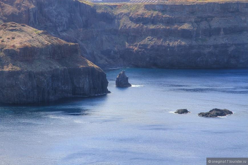 Фрагменты скал выступают из океана словно окаменевшие паруса.