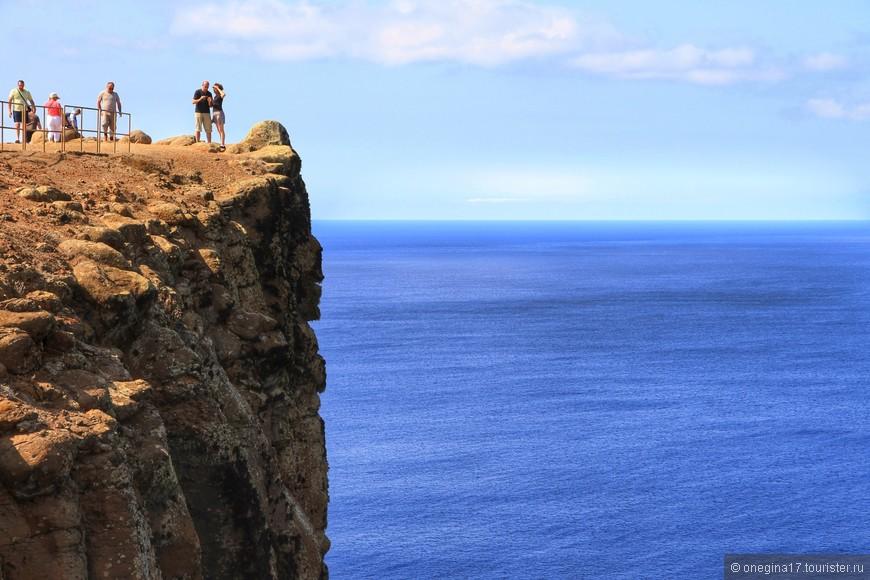 Ради нескольких минут, когда впереди - бесконечность, под ногами - суровые скалы, сзади - роскошная зелень, а над головой плывут невесомые облака и стоит лететь на Мадейру...
