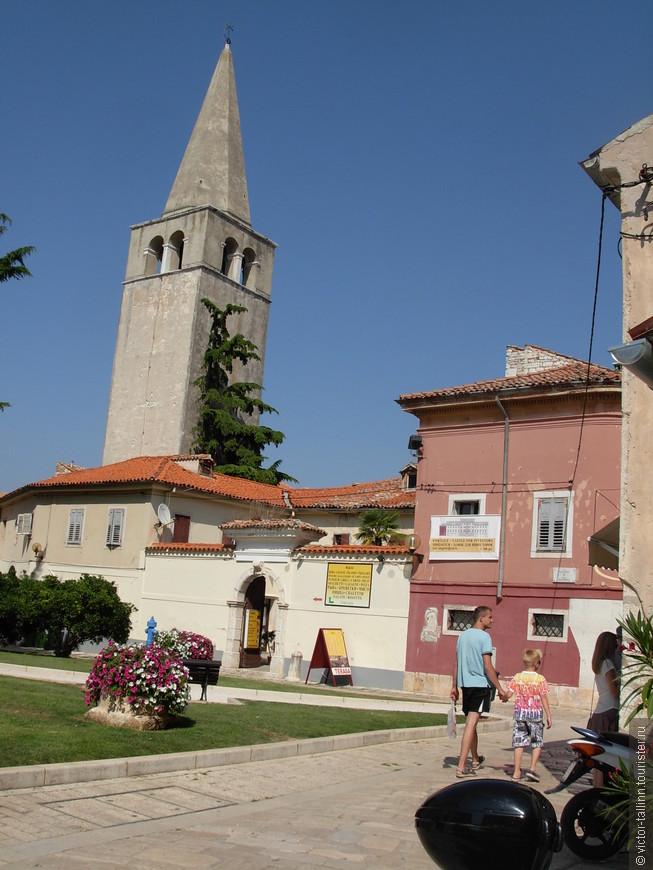 Слева - Евфразиева Базилика, главная достопримечательность Пореча. Построена в Византийскую эпоху (6 в н.э.) на фундаменте более старой базилики. Знаменита своими византийскими мозаиками.