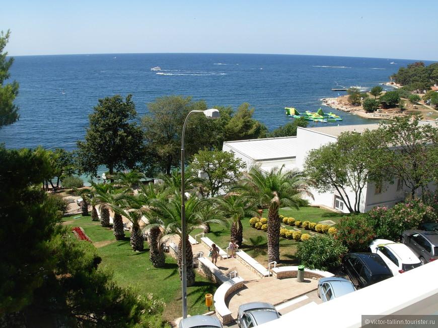 Вид с террасы отеля на Зеленую Лагуну. Спуск к морю находится прямо рядом с отелем.