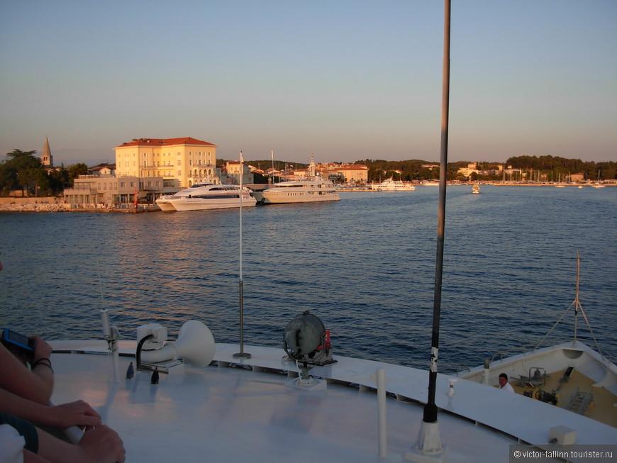 Из порта г. Пореч ходят катамараны в Венецию, которая находится прямо через пролив. Вид на вечерний Пореч с одного из них.