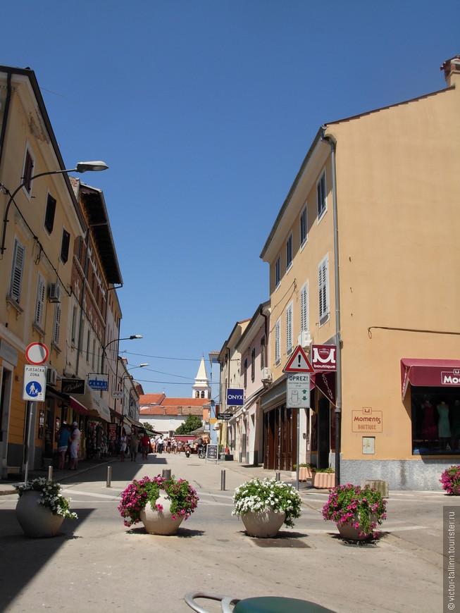 На улочках Старого Пореча. На заднем плане - купол Евфразиевой Базилики.