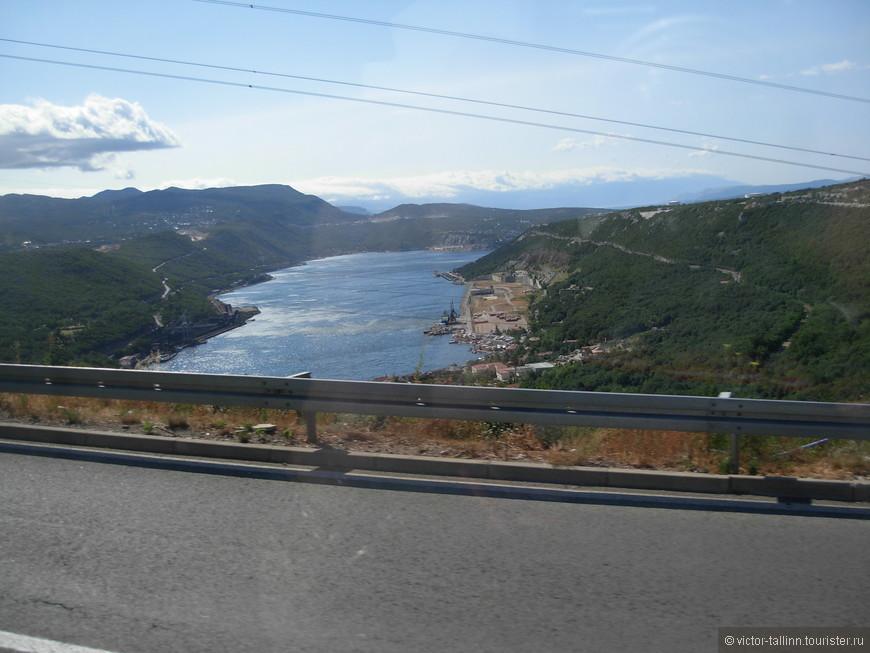 На Адриатическом шоссе по дороге в Северную Далмацию к Плитвицким озерам. Один день было решено посвятить этому живописному уголку балканской природы, благо туры продаются на каждом шагу.