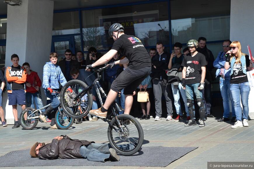 """велосипедисты команды """"Minsk-trial"""" показывают трюки."""