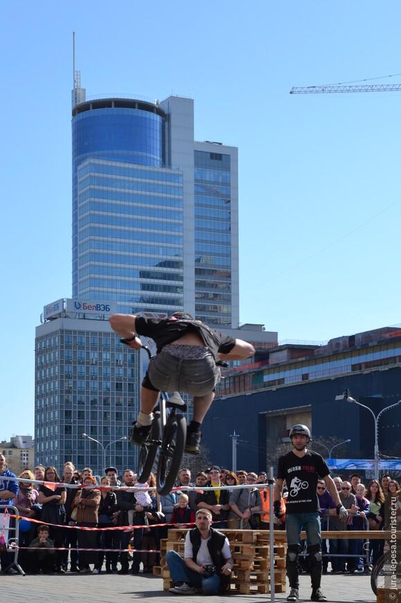 Велотриал в Минске держится исключительно на инициативе нескольких молодых парней.Это преодоление препятствий на велосипеде под силу не каждому.Годы  упорных тренировок и вера в себя.