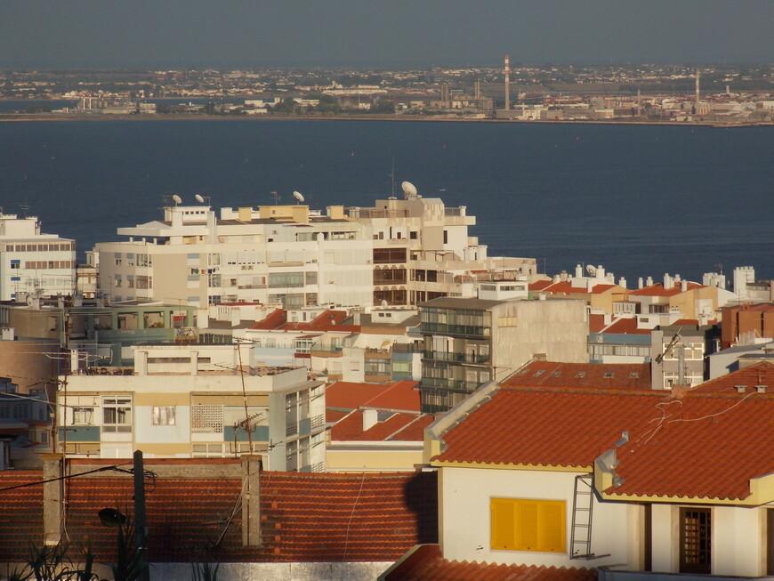В городе особенно заметны два цвета: терракотовый - крыш и лазурный - неба и воды.