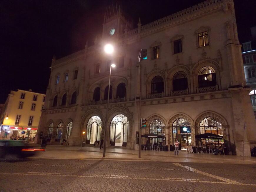 Железнодорожный вокзал Россиу находится с самом центре города, но привокзальной суеты не ощущается.