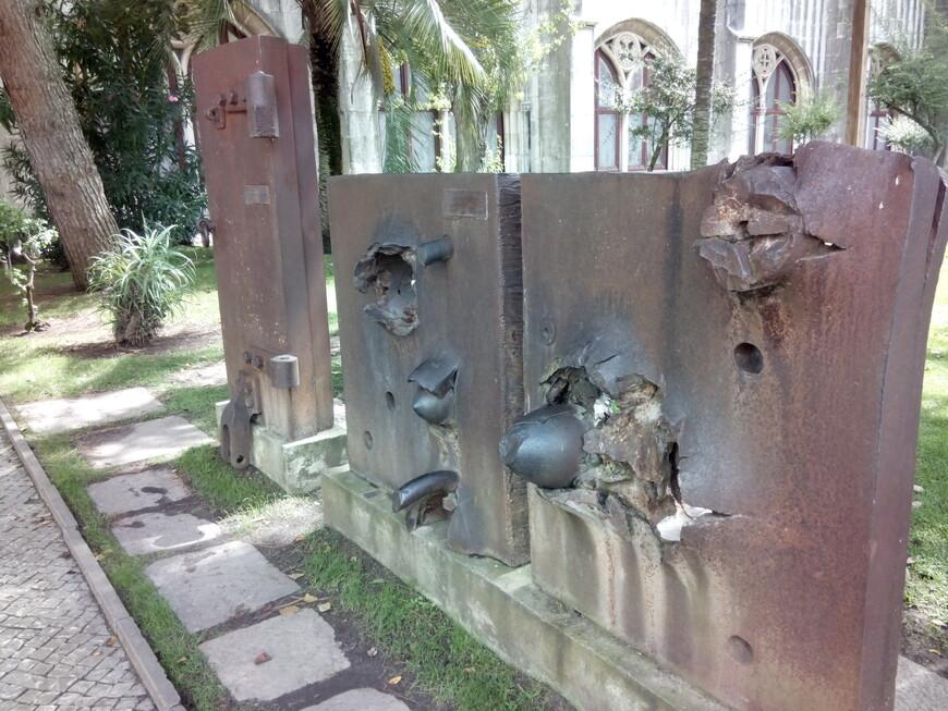 Остатки брони боевого корабля. В ней застряли снаряды.