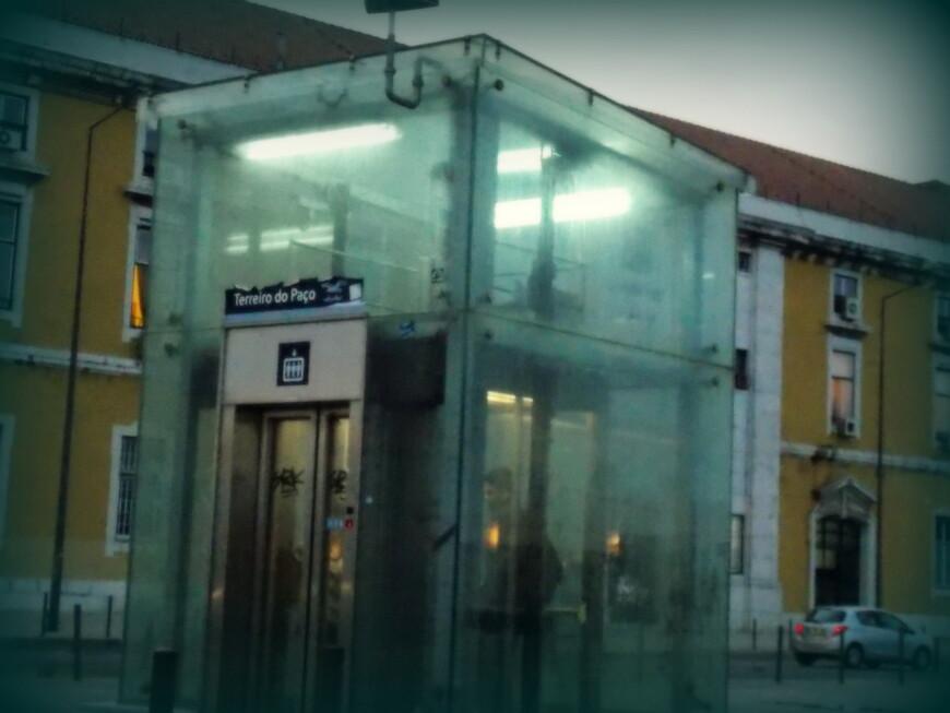 Terreiro do Paço - станция метро рядом с портом, похоже, это ее единственный выход