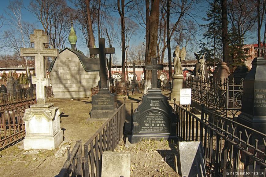 Поэты, писатели, художники лежат рядом с простыми гражданами или даже преступниками, смерть всех сделала равными.