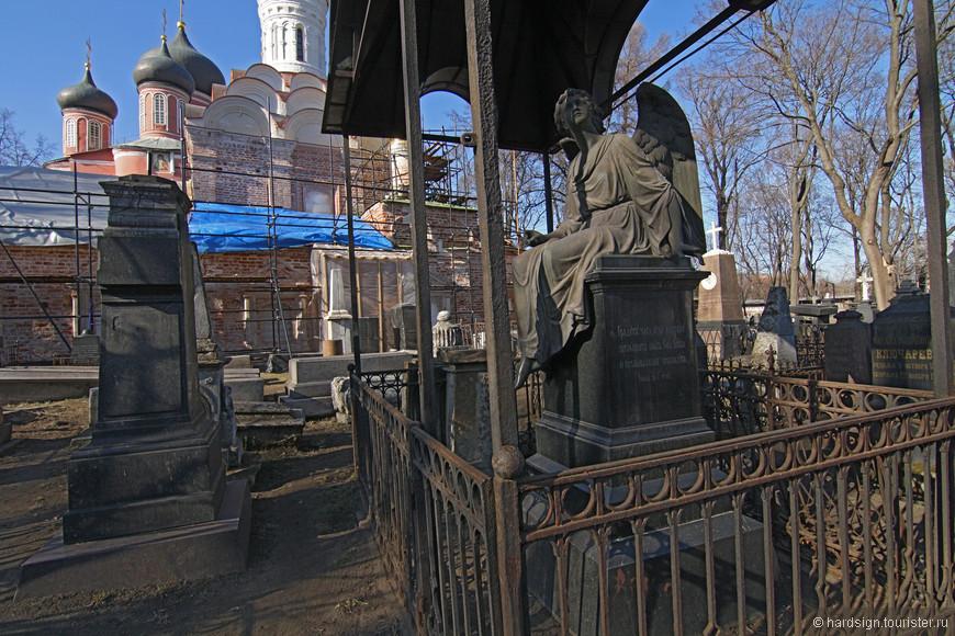 Совершенно случайно узнала про этот памятник, это семейный склеп крупных владельцев серебряной артели.