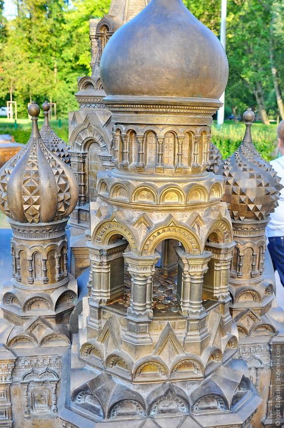 09. Колокольня собора используется как копилка.