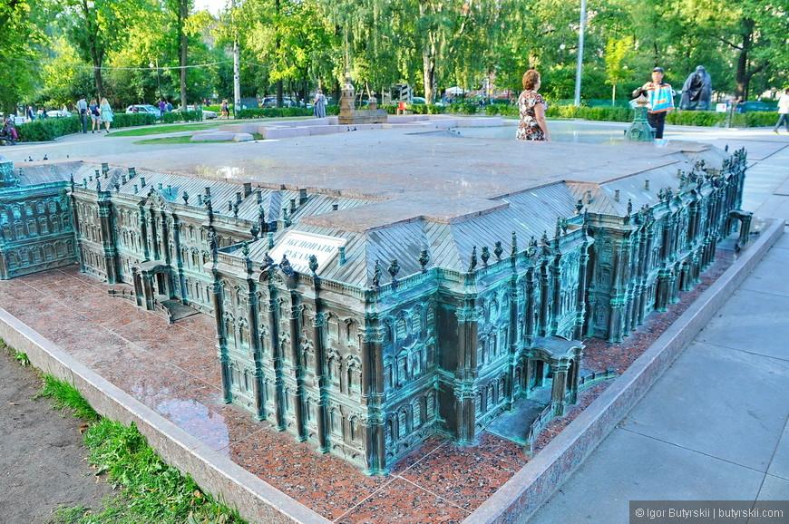 10. Зимний дворец самый большой из представленных миниатюр.