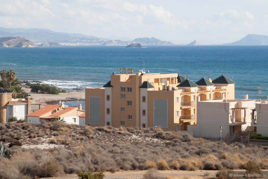 Иногда в самых неожиданных местах встречаются гостиницы или комплексы апартаментов.