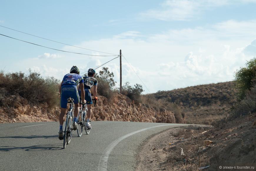 Временами впереди оказываются велосипедисты. Их здесь много. Слава богу, испанские правила позволяют даже в местах, где обгон запрещен, объезжать этих тихоходов - главное, что сплошную линию в таких случаях можно пересекать только левыми колесами, а не выезжать целиком на встречку.