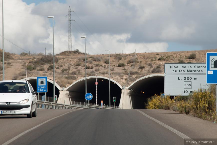 Одно из мест, где платная автострада и местная дорога идут рядом. Правый тоннель - наш, два слева - автострада.