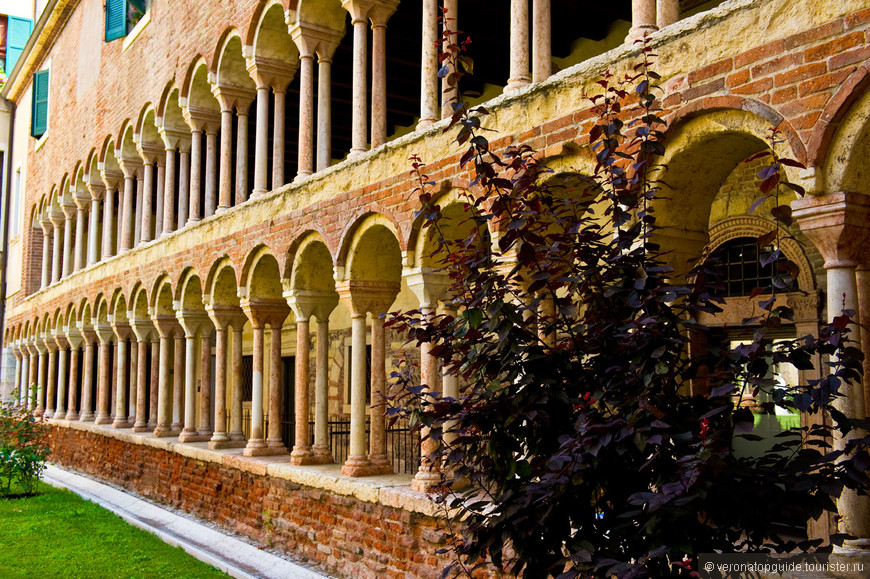 Дворик Дуомо, центральный собор Вероны