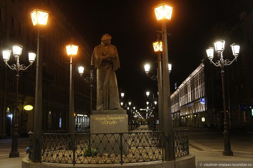 Памятник Н.В. Гоголю на Малой Конюшенной.