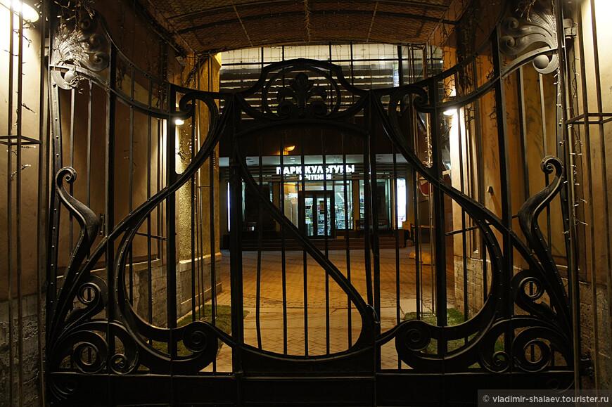 Ворота здания Московского купеческого банка.
